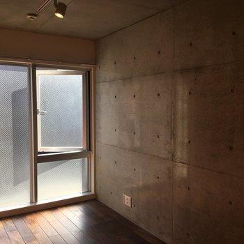 焦げ茶の無垢床とコンクリ壁のオシャレ空間が!※写真は前回募集時のものです