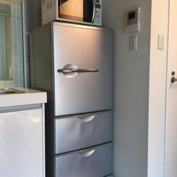 シルバーの冷蔵庫もスタイリッシュ!※写真は前回募集時のものです