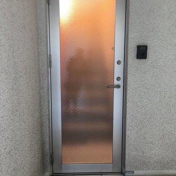 玄関扉はすりガラスです。照明はつけてないのですが…※写真は前回募集時のものです