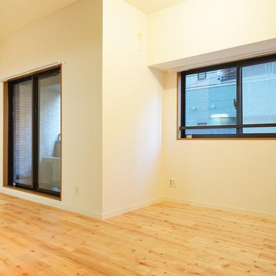 窓が2つと天井の高さで圧迫感の感じないお部屋に