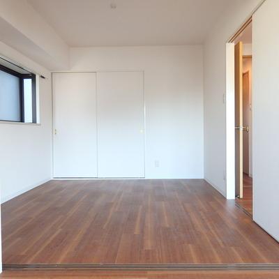 リビングに繋がる6帖の洋室には、出窓あり!※別部屋の写真です