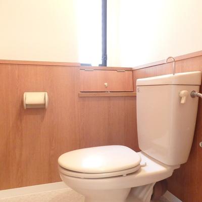 ウッディなトイレには窓が!※別部屋の写真です