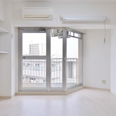 真っ白で日当たりの良い室内。