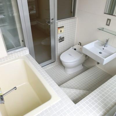 ライトグレーのタイル張りバスルーム。※写真は同タイプの別部屋