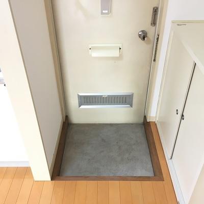 玄関には小さなシューズボックス。