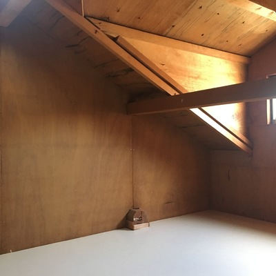 屋根裏。。窓もついてる。。