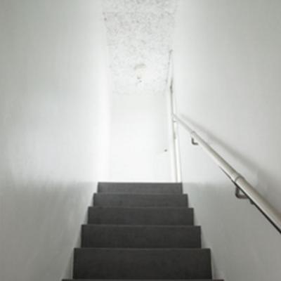 この階段を上ってお部屋です