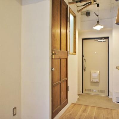 水周りは玄関横のシブかっこいい扉に