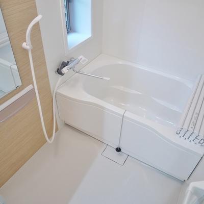 お風呂にも窓があってすがすがしい!