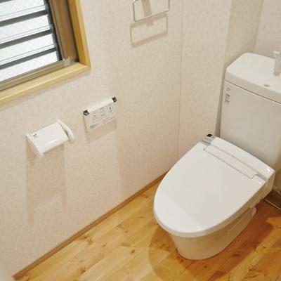 トイレにも無垢床ですよ!