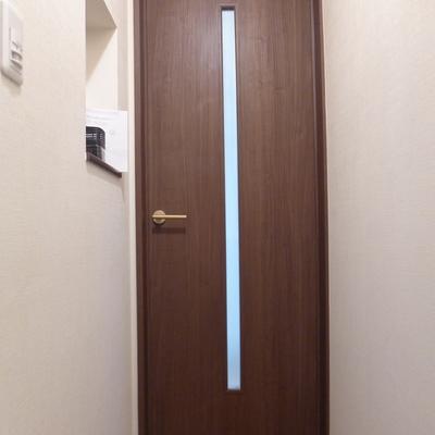 居室に繋がるドア。小物がおけるスペースも!