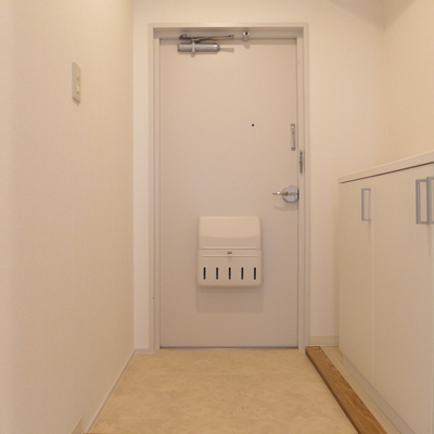 玄関も真っ白でかわいい