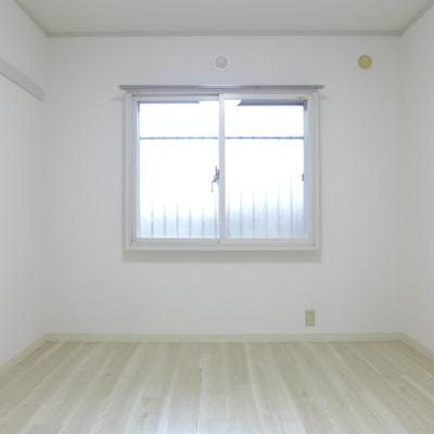 雪のように白い壁とフローリング、かわいい…!