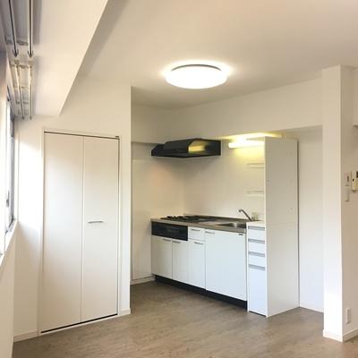 こっちにキッチン。収納っぽい扉は電気温水器が入ってます※写真は前回募集時のものです