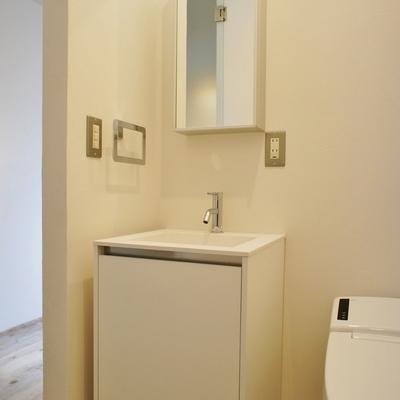 スタイリッシュな洗面台※写真は別部屋、間取り反転