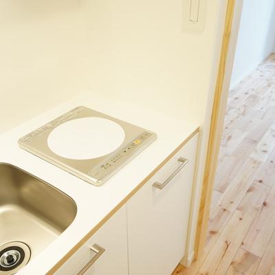 キッチンはIH1口のコンパクトキッチン。