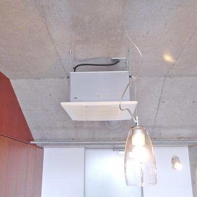 無骨な天井にアンティーク感のある照明。