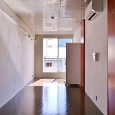 コンクリート打ちっ放しの明るいお部屋。