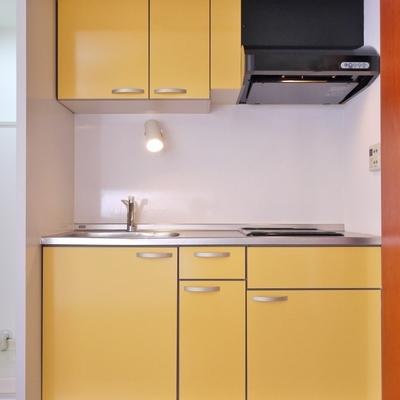 扉をあかると黄色のキッチンが登場。