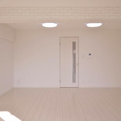 白を基調に落ち着いた雰囲気の室内。