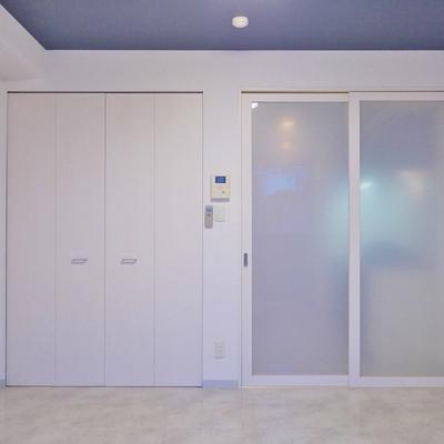 落ち着いたデザインの室内。