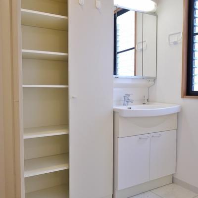 洗面所も広くて収納たっぷり。