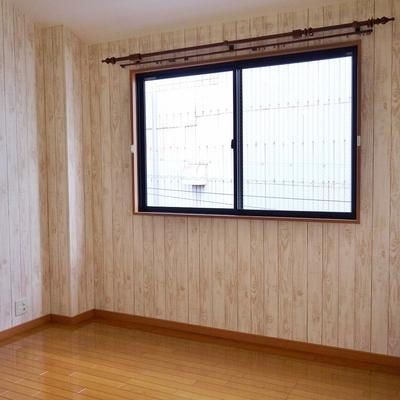 窓がついてる広めの洋室。