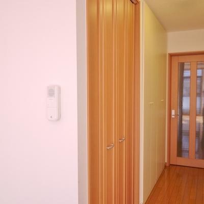 廊下に収納スペースは約2帖分。