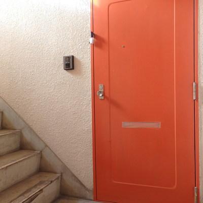 オレンジ色の扉がポップ!