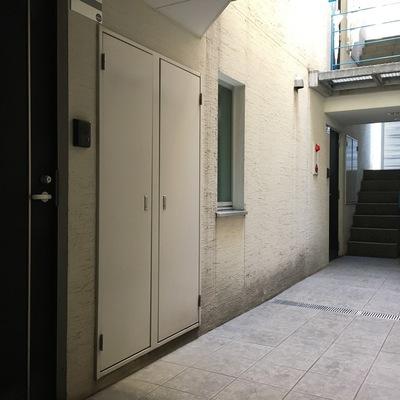 共用部。左の扉が102号室