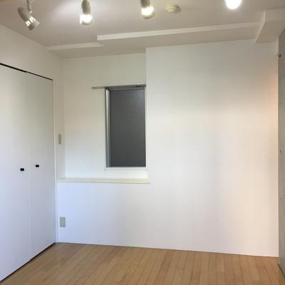この窓は共用部廊下側