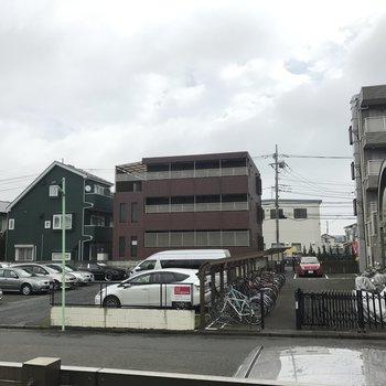 閑静な住宅街。正面(赤い車の後ろ)バス停です!