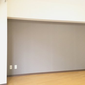 シックなアクセントクロス◎※写真は3階の同間取り別部屋のものです