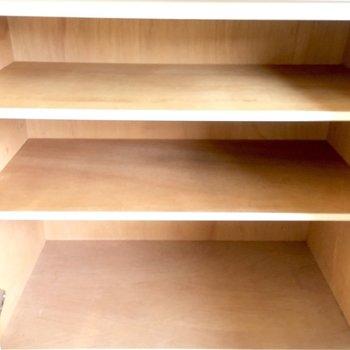 靴箱はコンパクト、上に給湯器あります。※写真は3階の同間取り別部屋のものです