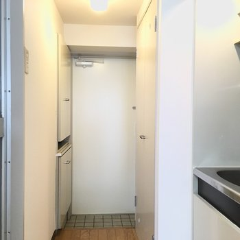 玄関横に洗濯機置場です!※写真は3階の同間取り別部屋のものです