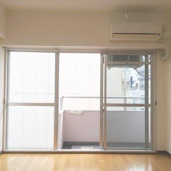 大きい窓開放感good♪※写真は3階の同間取り別部屋のものです