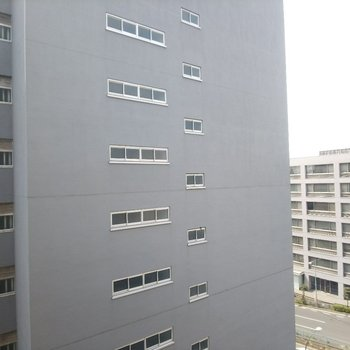 眺望はこんな感じ。向かい側は別のマンションです。
