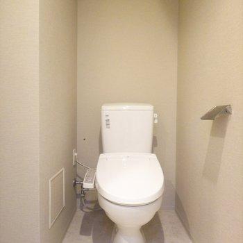 トイレはシンプル。窮屈感もなく、良い感じ◎