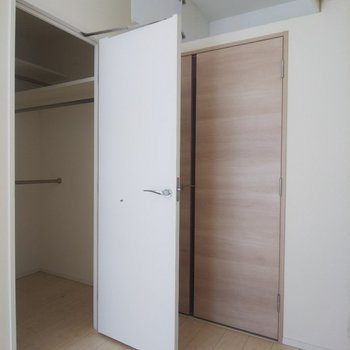 ウォークインクローゼットだけでなく、ドア上の収納もあります!