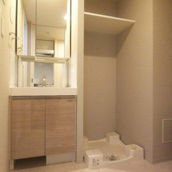 洗濯機置き場と独立洗面台が隣合う便利な配置です。