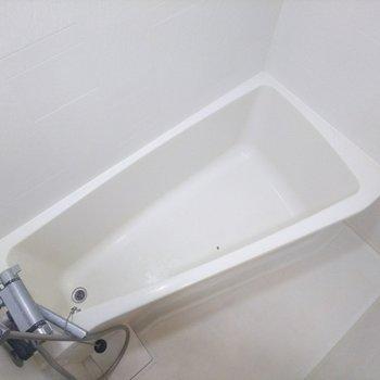 お風呂場はコンパクトです。