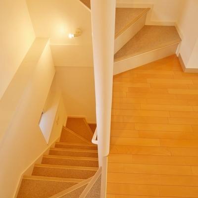 階段は螺旋に近い形状でスムースな登り降り