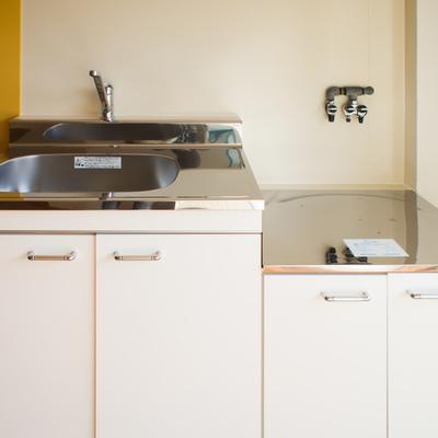 綺麗なキッチンはガスレンジを置くタイプです。