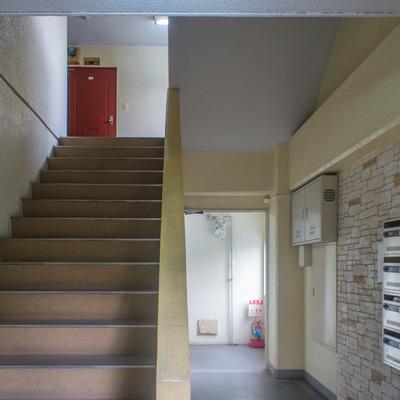 階段はゆったり空間が取られてます。