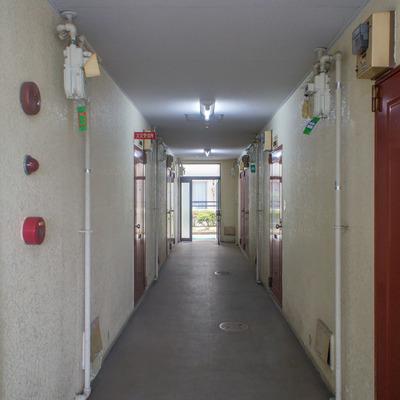 共用部1階奥から河川敷に抜けれます。