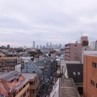 バルコニーからの眺め!新宿のビル群が見えます。
