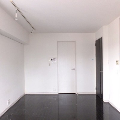 お部屋をバルコニー側から。
