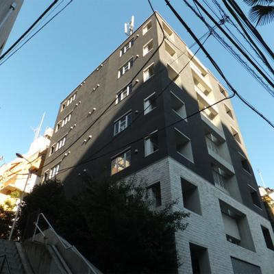 こちらの綺麗な建物。入口は左に見える階段を半分ほど登った所