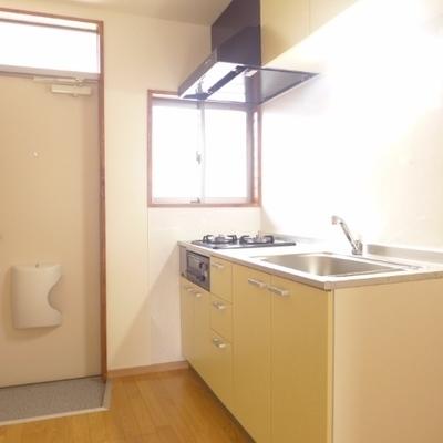 小窓付きのキッチン。明るい雰囲気!