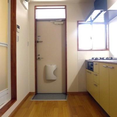 玄関はちょっと小さめ。